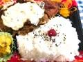 今日のお昼ご飯は、職場近くのスーパーで買ったタルタルチキン弁当🍱です(^^)
